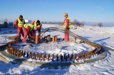 Montaż turbiny poprzedzony jest przygotowaniem fundamentów, głębokich min. na 3 m, do których za pomocą specjalnych śrub przytwierdzana jest podstawa wieży.