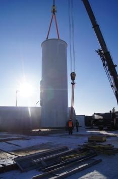 Podstawa wieży podnoszona jest za pomocą dźwigu.