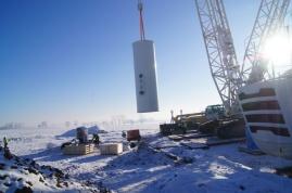 Kolejne moduły turbiny mocowane są jeden na drugim i również skręcane śrubami. Gdy wieża jest złożona, zostaje zamontowana gondola, do której mocowany jest złożony w całość wirnik z łopatami. Całkowity montaż wieży traw ok. trzech dni.